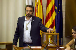 Ple de constitució de l'Ajuntament de Sabadell Juli Fernàndez votant.