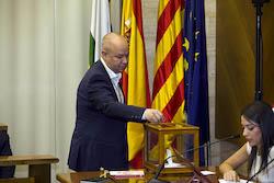 Ple de constitució de l'Ajuntament de Sabadell Joan García votant.