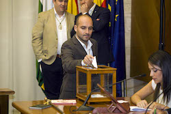 Ple de constitució de l'Ajuntament de Sabadell Adrián Hernández votant.