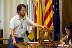 Ple de constitució de l'Ajuntament de Sabadell Edu Navarro votant.