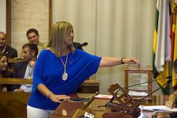 Ple de constitució de l'Ajuntament de Sabadell Sílvia Renom votant.