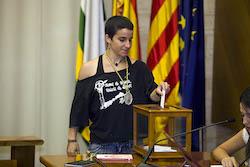 Ple de constitució de l'Ajuntament de Sabadell Glòria Rubio votant.
