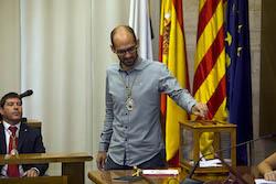 Ple de constitució de l'Ajuntament de Sabadell Maties Serracant votant.