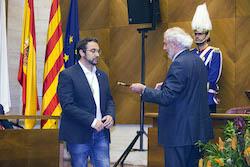 Ple de constitució de l'Ajuntament de Sabadell Donant la vara.