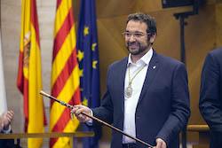 Ple de constitució de l'Ajuntament de Sabadell Mostrant la vara.