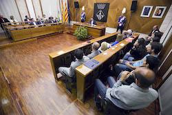 Ple de constitució de l'Ajuntament de Sabadell El Ple escoltant l'alclade.