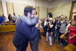 Ple de constitució de l'Ajuntament de Sabadell L'exalcalde felicitant l'alcalde.