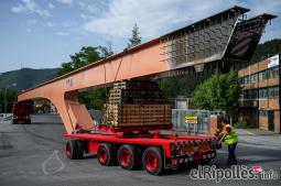 El resum del 2014 al Ripollès, en imatges Espectacular transport d'una biga des d'Asmitec de Campdevànol. Foto. Rastres Fotografia