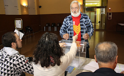 Municipals 2015: candidats del Baix Ripollès i ambient matinal Un dels primers votants de Ripoll. Foto: Arnau Urgell