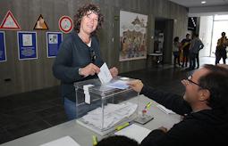 Municipals 2015: candidats del Baix Ripollès i ambient matinal Teresa Jordà (ERC Ripoll). Foto: Arnau Urgell