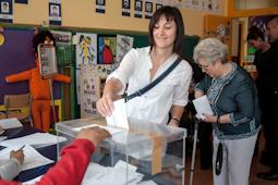 Municipals 2015: candidats del Baix Ripollès i ambient matinal Núria López (MES Campdevànol). Foto: Rastres Fotografia