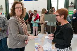 Municipals 2015: candidats del Baix Ripollès i ambient matinal Concepció Formatger (CiU Sant Joan de les Abadesses). Foto: Marc Cargol