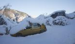 L'endemà de la gran nevada Un cotxe colgat a Ripoll (08:30). Foto: Arnau Urgell