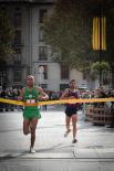 Resum 2011 Victòria d'Otmane Btaimi a l'esprint a la Mitja Marató de Ripoll. Foto: Rastres (Gerard Garcia i Raül Duque)