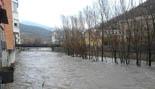 Temporal de pluja 4-6 de març El Ter ben ple al seu pas per Ripoll (dimecres matí tarda). Foto: Bar Cabina