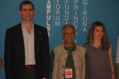 Primer Fòrum Impulsa Els prínceps s'han fotografiat junt a tots els ponents del Fòrum. A la imatge amb el Nobel de la Pau Mohammad Yunus.