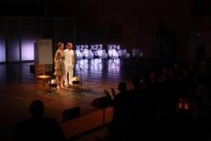 Primer Fòrum Impulsa El moment que ha marxat la llum, amb l'auditori dempeus recolzant l'actuació de Sílvia Pérez Cruz.