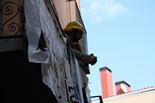 Ocupació d'un edifici d'Olot per ubicar-hi famílies desnonades Des de primera hora del matí dos membres del col·lectiu havien accedit a l'edifici i al migdia han esbotzat la porta d'entrada per facilitar l'accés als altres membres que es trobaven fora al carrer.