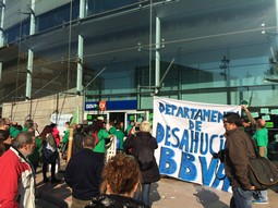 Protesta de la PAH a la seu del BBVA de Terrassa Acció protesta de la PAH a la seu del BBVA de Terrassa