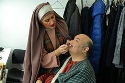 Els Pastorets del Social, vistos des de dins <p>La Marta (Sílvia Comellas) maquilla el seu marit, el Jeremies (Ferran Dinarés).</p>