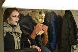 Els Pastorets del Social, vistos des de dins <p>La Luxúria (Gemma Ferrer) i el Satanàs (Marc Vallejo) s'observen al mirall.</p>