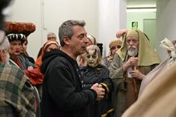 Els Pastorets del Social, vistos des de dins <p>El director de l'obra, Joan Salvador, motiva els actors i actrius minuts abans de l'inici.</p>