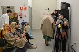 Els Pastorets del Social, vistos des de dins <p>Els personatges que no intervenen en l'escena aprofiten per descansar i berenar.</p>