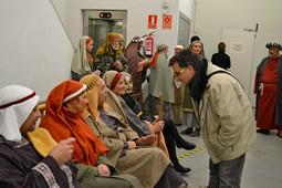 Els Pastorets del Social, vistos des de dins <p>Ambient distès al vestíbul mentre es representa l'obra. Una realitat paral·lela que no veu l'espectador.</p>