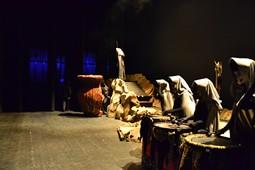 Els Pastorets del Social, vistos des de dins <p>Els tècnics preparen la caldera, amb les fúries ja a lloc, instants abans d'obrir el teló.</p>