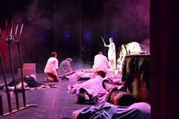 Els Pastorets del Social, vistos des de dins <p>L'Àngel Miquel (Arnau Salvador) irromp a escena per alliberar els pastorets.</p>