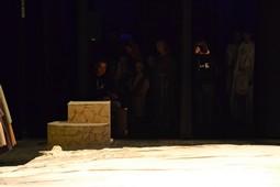 Els Pastorets del Social, vistos des de dins <p>El Joan Salvador, director de l'obra, amb actors i actrius entre cametes.</p>