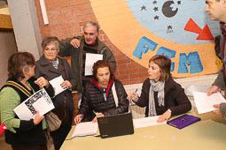 Les fotografies del 9-N Voluntaris preparant la jornada a Manlleu (Osona). Foto: Adrià Costa
