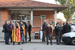 Les fotografies del 9-N Els primers votants arriben les vuit del matí a l'IES Antoni Pous de Manlleu (Osona). Foto: Adrià Costa
