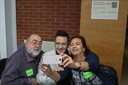 Les fotografies del 9-N Un selfie de voluntaris en una mesa de Manlleu (Osona), abans d'obrir les portes. Foto: Adrià Costa
