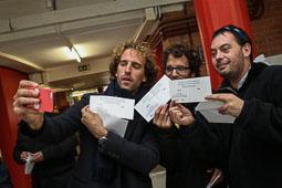 Les fotografies del 9-N Primers votants a Manlleu (Osona). Foto: Adrià Costa