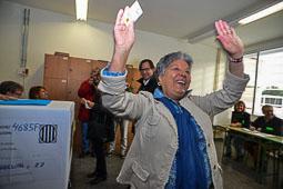 Les fotografies del 9-N Una dona mostra la seva alegria després de votar a Vic. Foto Josep M. Montaner