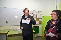 Les fotografies del 9-N L'alcalde de Vic (Osona), Josep M. Vila d'Abadal, votant. Foto Josep M. Montaner