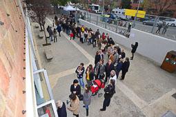 Les fotografies del 9-N Cues en un institut de Vic (Osona), a primera hora del matí. Foto Josep M. Montaner