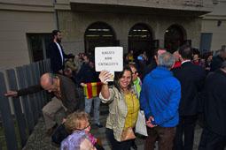 Les fotografies del 9-N Una votant gallega, a l'institut de Vic (Osona). Foto Josep M. Montaner