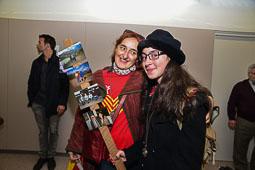 Les fotografies del 9-N Una noia de Vic (Osona), mostrant les fotos dels seus avis. Foto Josep M. Montaner