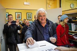 Les fotografies del 9-N L'alcalde d'Olot , Josep M. Corominasl, votant. Foto: Martí Albesa