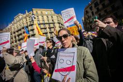 Les millors fotos de la setmana de Nació Digital  Centenars de persones es concentren a les portes de la delegació del govern espanyol en suport a Santi Vidal. </br> Foto: Jordi Borràs