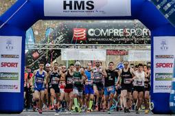 Les millors fotos de la setmana de Nació Digital  2.000 corredors, participen a la sisena edició de la Mitja Marató de Cambrils.</br> Foto:  Gerard Reyes