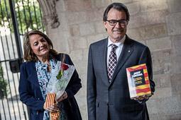 Les millors fotos de la setmana de Nació Digital   El President Mas ensenya el llibre que li ha regalat la seva esposa. </br>Foto: Adrià Costa