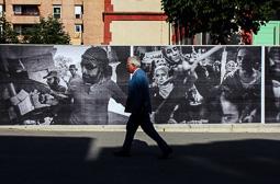 Les millors fotos de la setmana de Nació Digital   Vic acull la segona edició de la Mostra descalça de fotografia documental.</br>Foto: Sergi Cámara