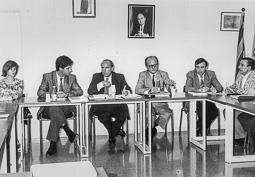 El vell àlbum d'imatges dels temps feliços de Convergència i Unió El conseller Joaquim Molins, sota el retrat del president Pujol.