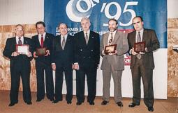 El vell àlbum d'imatges dels temps feliços de Convergència i Unió El president Jordi Pujol amb comerciants premiats en una nit gremial.