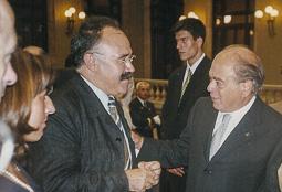 El vell àlbum d'imatges dels temps feliços de Convergència i Unió Josep-Lluís Carod-Rovira i el president Jordi Pujol, se saluden al Parlament, el 1996 (Foto: Miquel Macià).