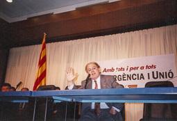 El vell àlbum d'imatges dels temps feliços de Convergència i Unió Jordi Pujol, la nit de la seva quarta victòria electoral, el 1992 (Foto: Miquel Macià).