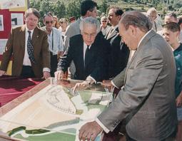 El vell àlbum d'imatges dels temps feliços de Convergència i Unió El president Jordi Pujol, en una inauguració.